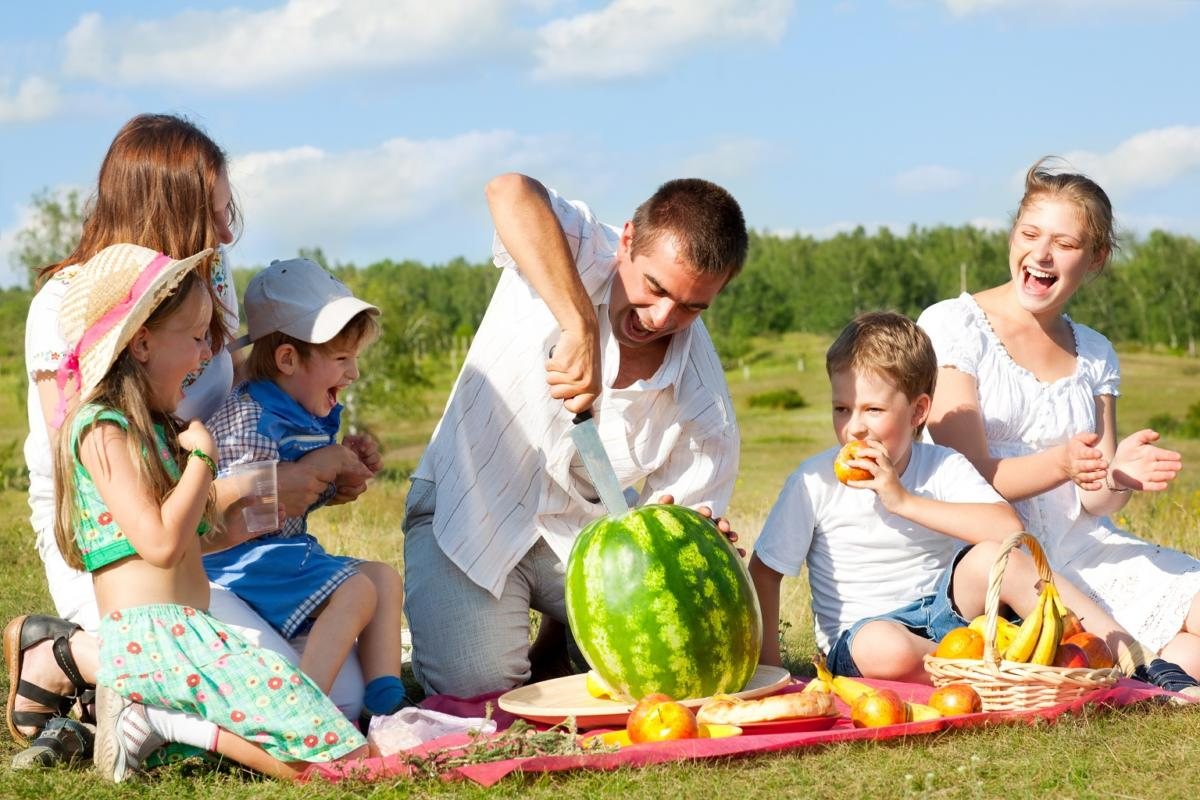 bigstock-happy-family-have-a-picnic-out-1024