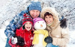 Happy-smiling-family-with-snow-410793851